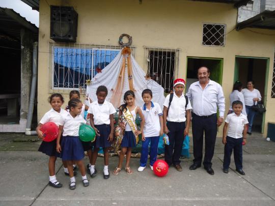 ninos-de-la-escuela-municipal-junto-con-al-rector-del-plantel