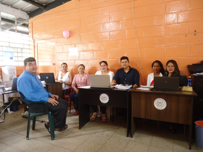 Instantes en los que mantuvieron reunión los docentes para la coordinación de festividades.