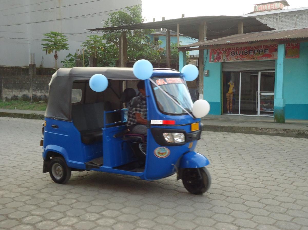 Compañía de moto taxis Contripav S.A en su recorrido por las calles del cantón